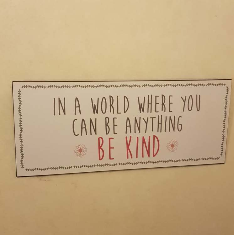 "Skylt ""Be kind"""