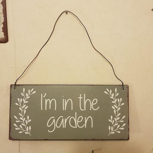 "Liten skylt ""In the garden"""