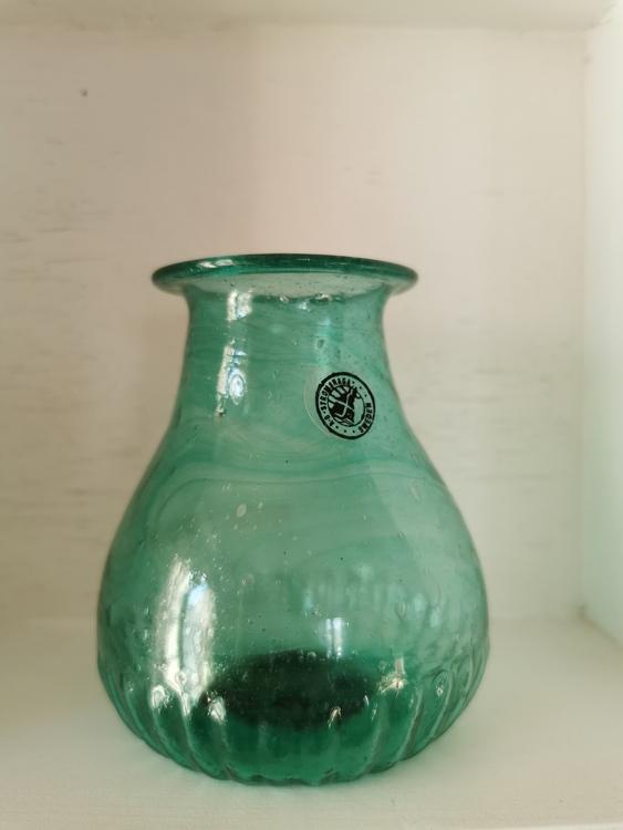 Liten grön glasvas