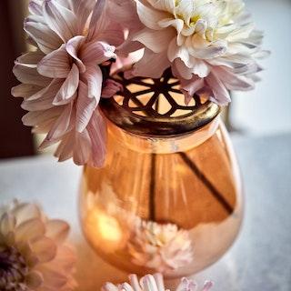 Vas i aprikosfärgat glas