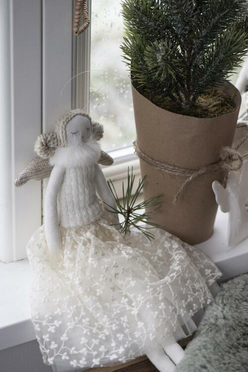 Ängel i textil med vit kjol