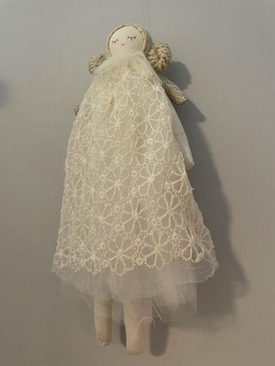 Ängel i textil med vit klänning
