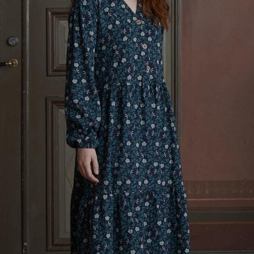 Blå klänning med knappar framtill