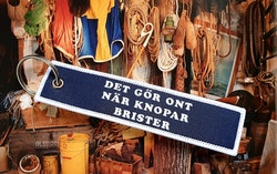 DET GÖR ONT NÄR KNOPAR BRISTER  Nyckelring/tag