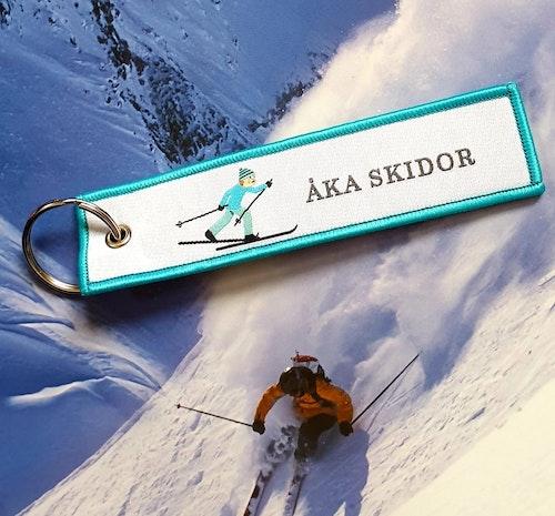 ÅKA SKIDOR Nyckelring/tag