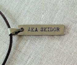 Åka skidor berlock med läderband
