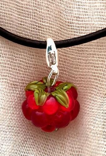 Åkerbärberlock med läderband