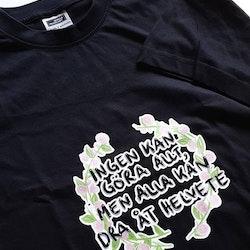 """Svart T-shirt, Blomkrans med citatet """"Ingen kan göra allt, men alla kan dra åt helvete"""""""