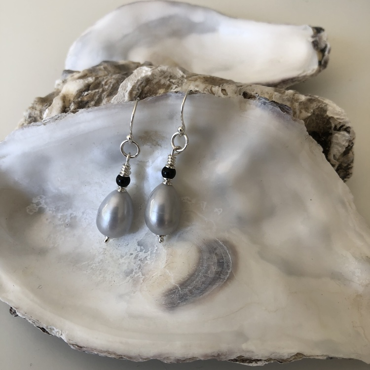 Pärlörhänge på krok med grå pärla