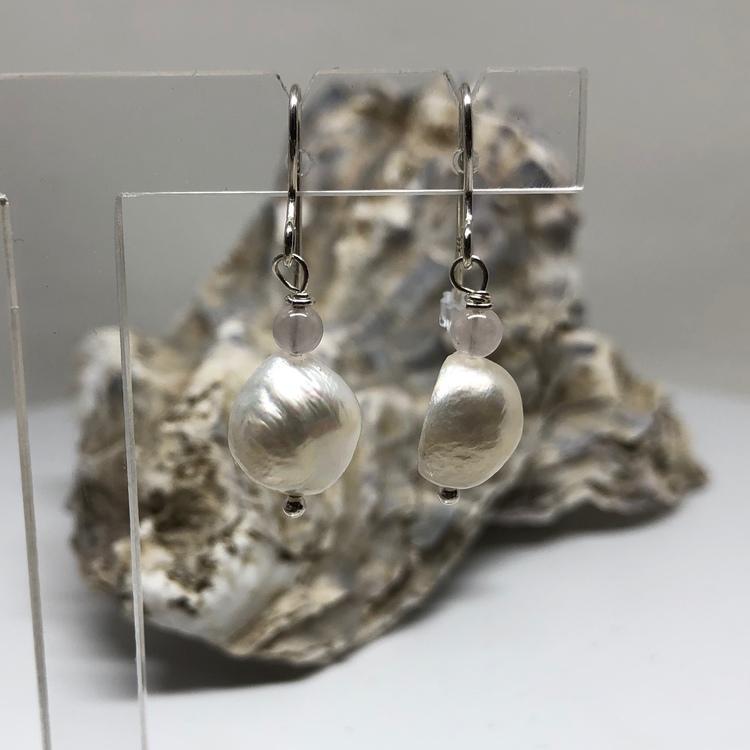 Pärlhörhänge på krok vit pärla m rosenkvarts