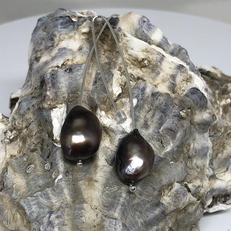 Långt örhänge med brungrå barockpärla
