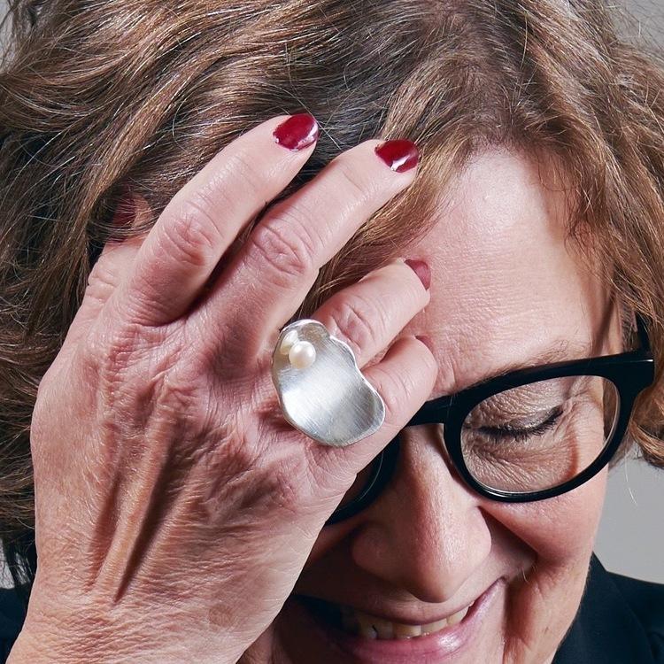 Ostron II mellanstor ring med pärla
