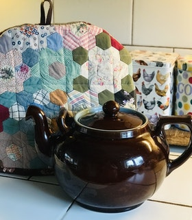 Farmhouse Life Tea Cosy Patchwork / Te huven Lapptäcket