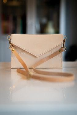 New Shoulder Bag Natur - Axelväska i kuvertmodell