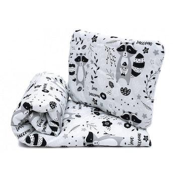 Pulp Eko Bomull bebistäcke och kudde 72cm x 52 cm, Racoons