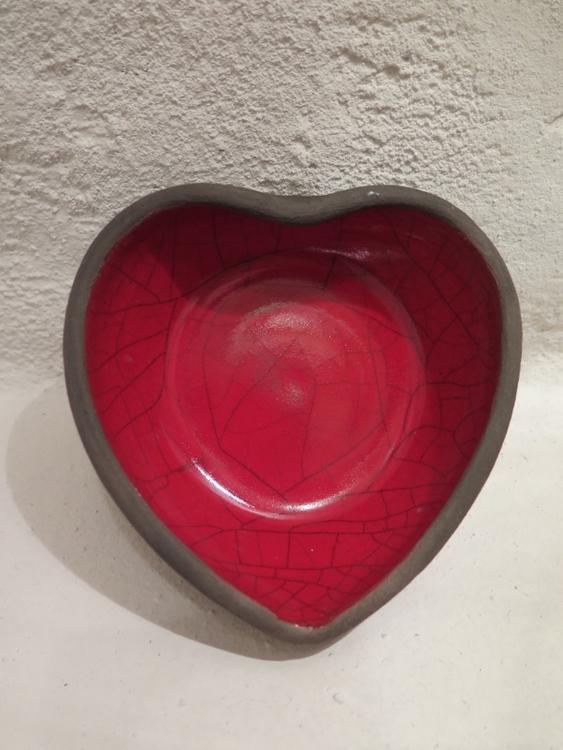 skål hjärta i raku, röd glasyr, hjärtformat