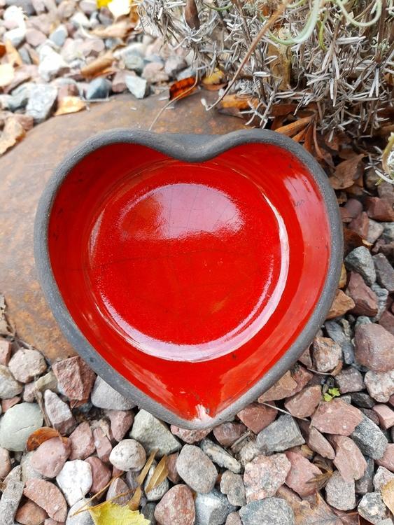 rakubränd skål, hjärtformad, röd krackelerad glasyr