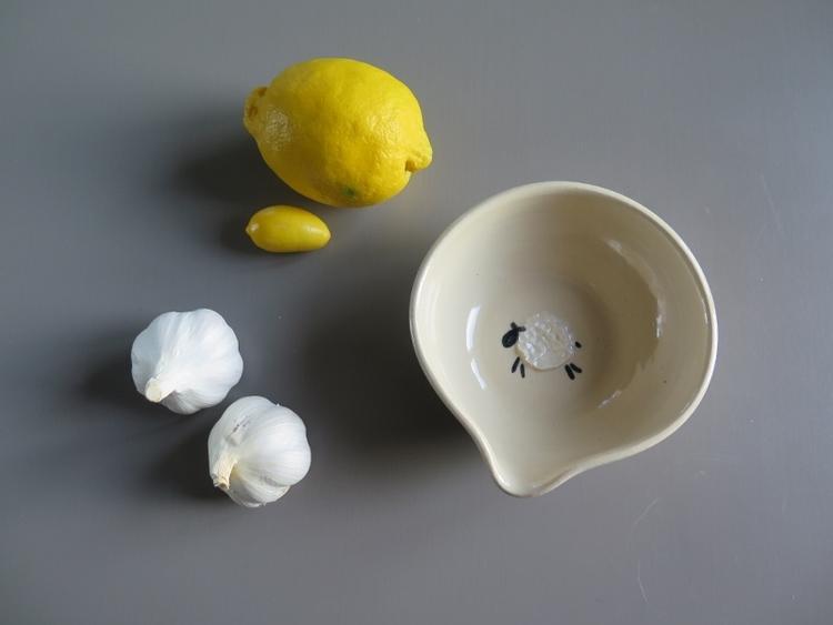 vitlöksrivare och dressingskål i keramik med ett får i botten, stengods, drejat hantverk