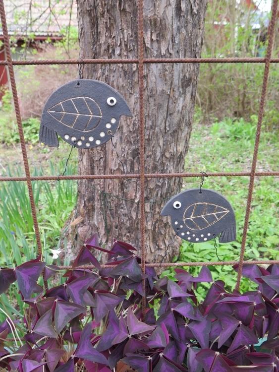 Trädgårdsdekoration, trädgårdsfågel av stengodslera, fågel av svart stengodslera, fågel