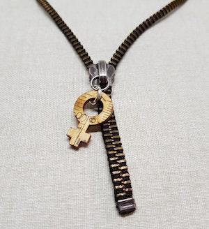 Halsband blixtlås - brons/svart med feministsymbol
