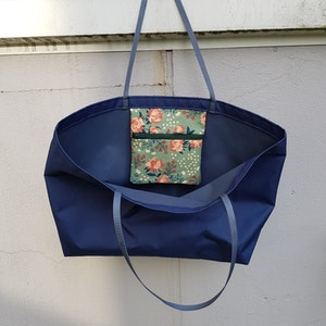 Beach bag / shopping bag - mörkblå med blommig ficka