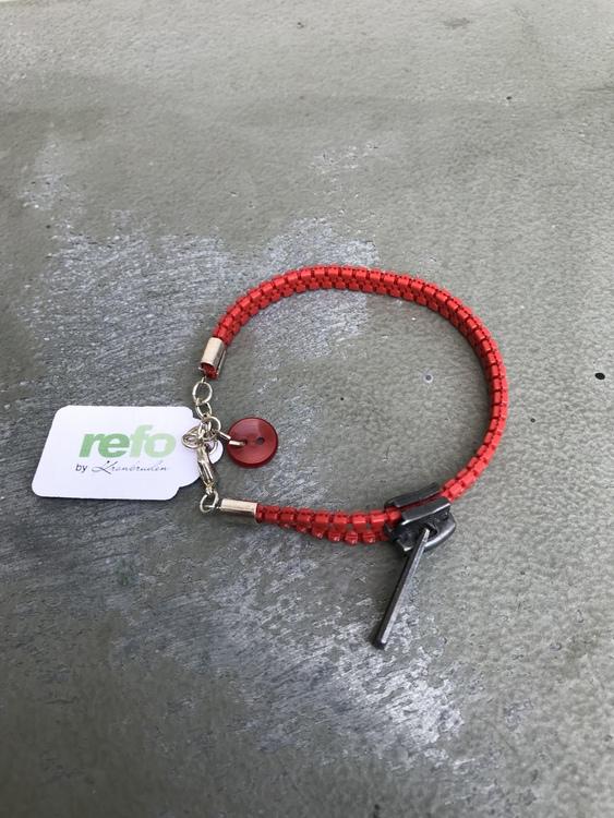 Armband av återvunnet rött blixlås