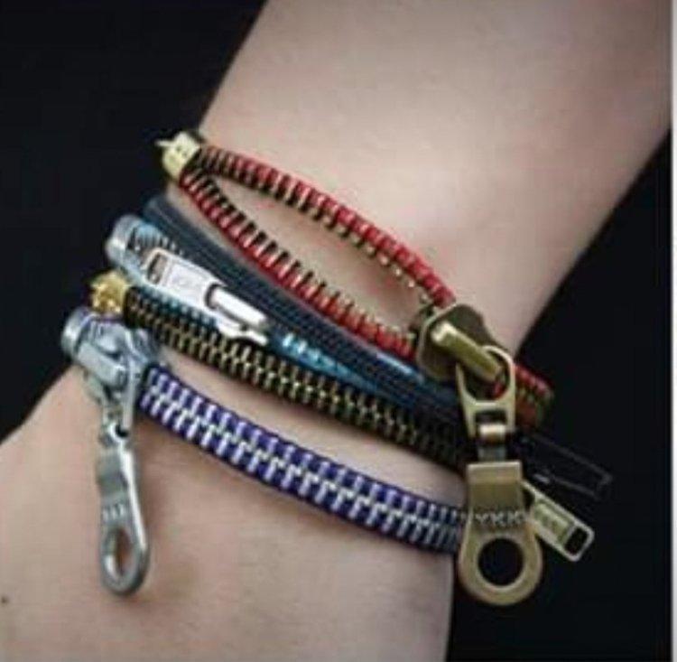 Armband av återvunnet blixtlås, blått och guld