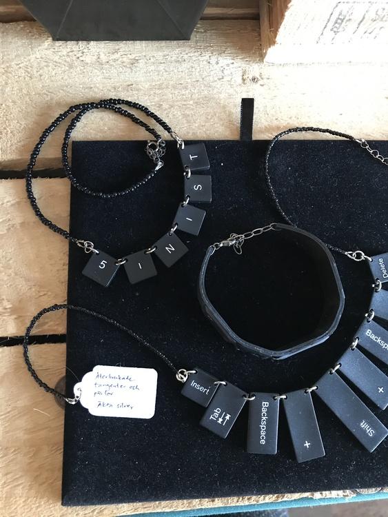 Halsband av återvunna datortangenter och pärlor