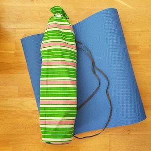 Yogamatta Fodral - grönvitrosa randigt