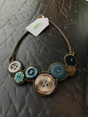 Halsband av återvunna knappar och blixtlås -turkos och brunskimmer