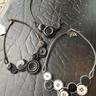 Halsband av återvunna knappar och blixtlås -svart