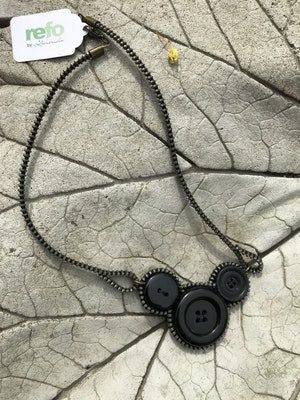 Knapphalsband av återvunnet -svart trea