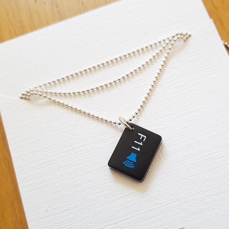 Halsband av återvunna datortangenter och silver, F11