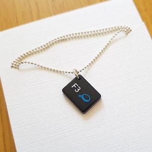Halsband av återvunna datortangenter och silver, F3