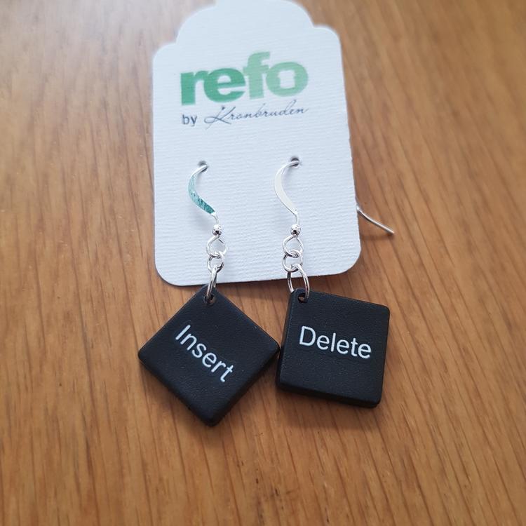 Örhängen av svarta återvunna datortangenter, Delete/Insert