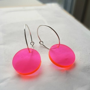 Örhängen Cirkus - lysande transparent rosa (mindre)