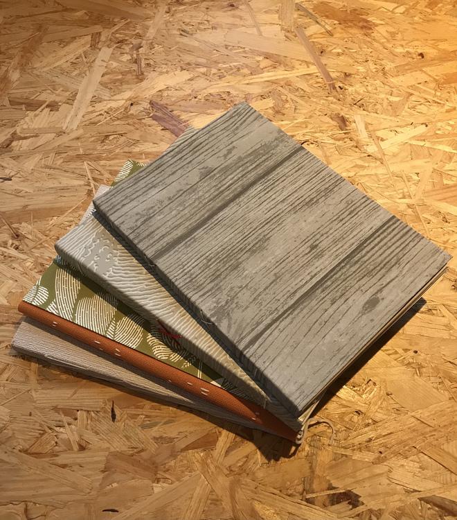 Anteckningsbok, handbunden av återvunna tapeter