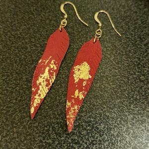 Örhängen - fjäder - röda