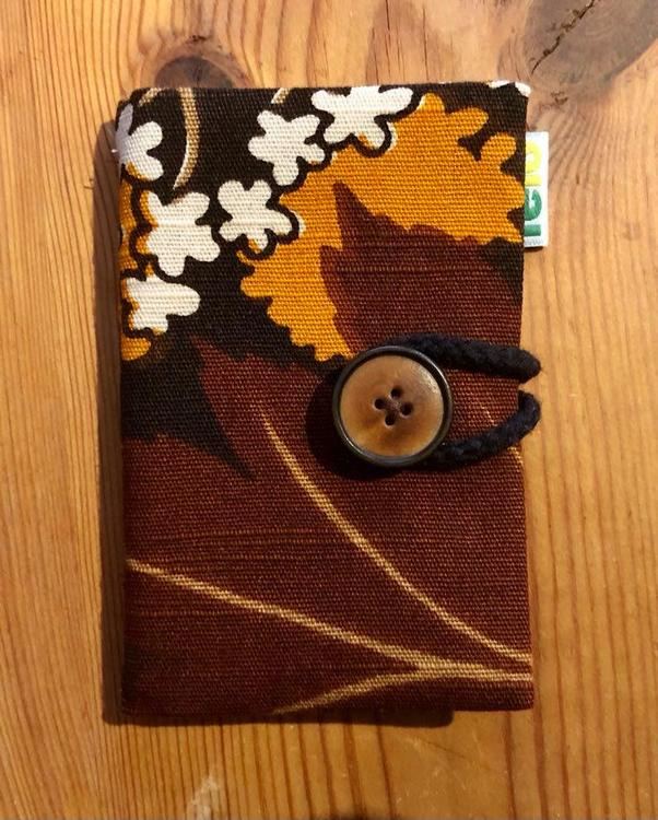 Nålbok /Needle case - brun med vita blommor