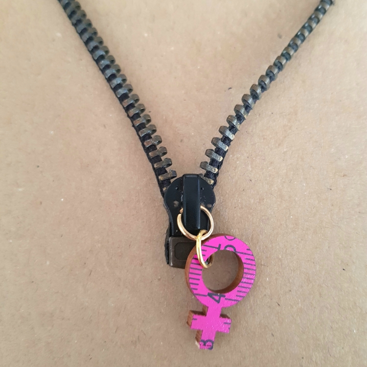 Halsband blixtlås - grå/svart med rosa feministsymbol