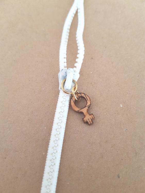 Armband blixtlås  - vitt/guldigt med feministsymbol