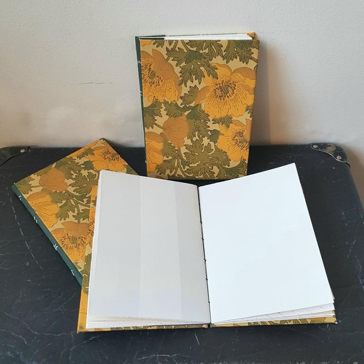 Anteckningsbok, handbunden av återvunna tapeter - blommig