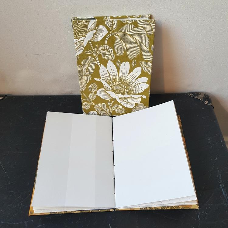 Anteckningsbok, handbunden av återvunna tapeter - vitblommig