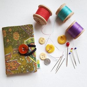 Nålbok /Needle case - grön med blomster
