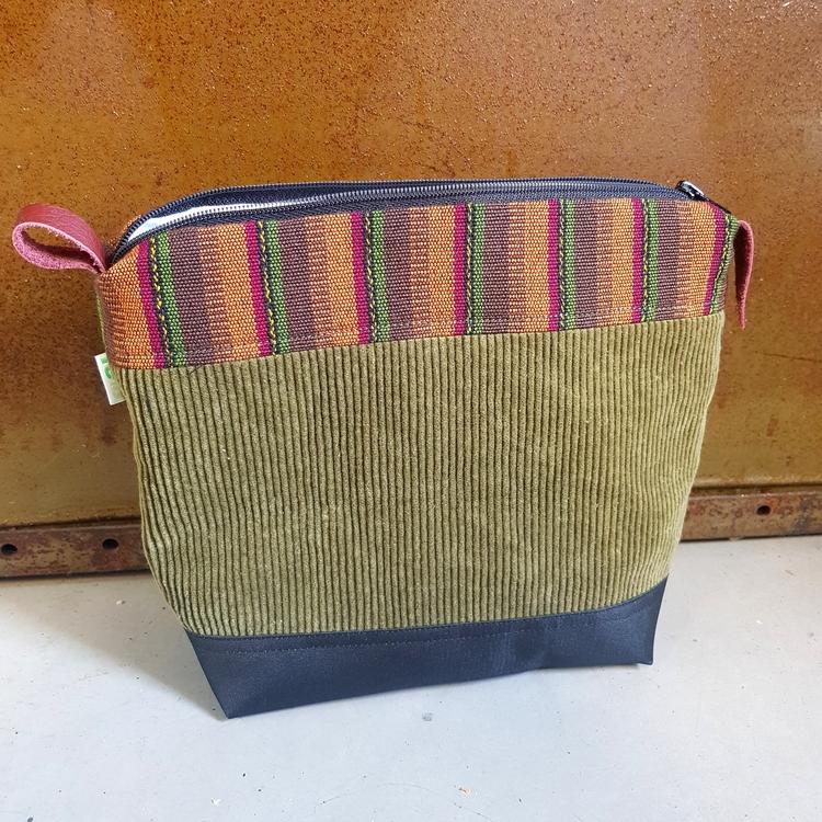 Necessär/Toilet bag - grön/randigt mönstrad (medium)