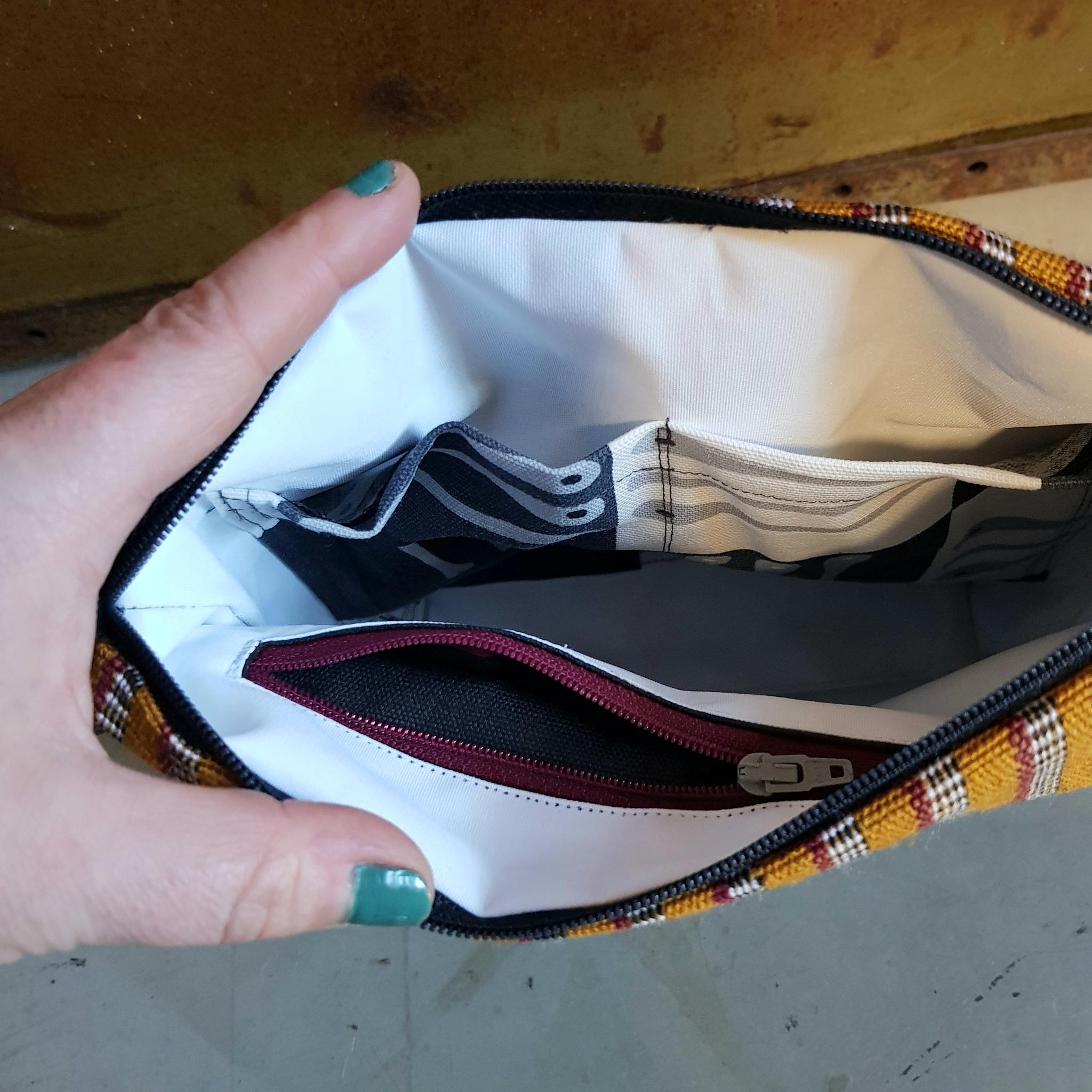 Necessär/Toilet bag  - svart/randigt mönstrad (medium)