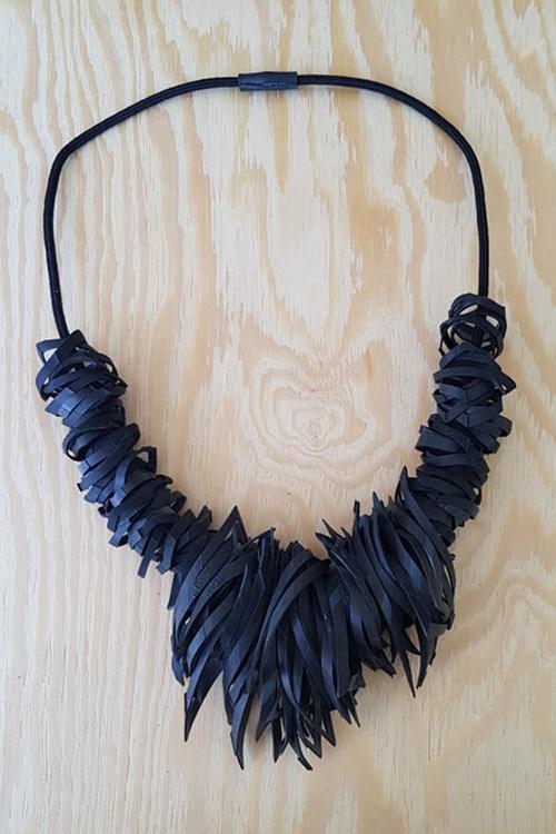 Halsband - flikigt, svart