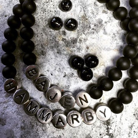 Pärlarmband med bokstäver