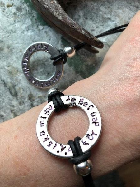 Stansad Ring - Armband med egen text