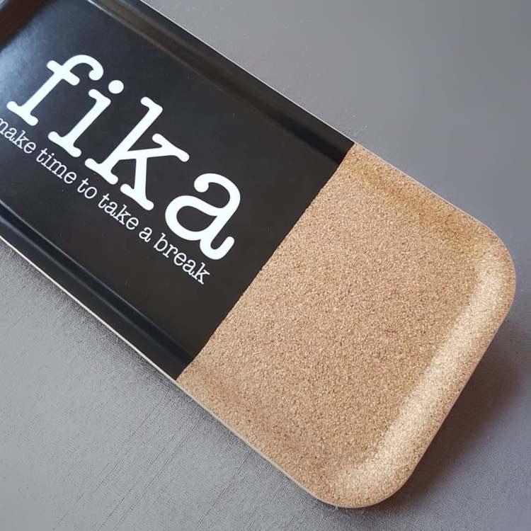 Bricka 32x15 Fika med kork- MELLOW DESIGN